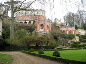 Derrière le château Renaissance, la terrasse Caroline (1830) &#x3B; on voit également un pigeonnier