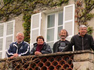 Vers 15h15, les concurrents passent le Loir à Trôo&#x3B; certains spectateurs avaient envahi les balcons pour mieux voir le spectacle