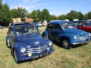 Les 4CV Renault et un cabriolet traction avant Citroën