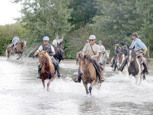 Galoper dans l'eau : un grand plaisir pour les cavaliers et leurs montures