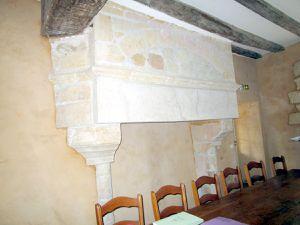 La mairie et la cheminée dans la salle du conseil