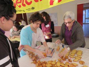 Les pompiers se sont arrêtés à l'Hospitalet où des madeleines avaient été confectionnées pour être vendues au profit du Téléthon