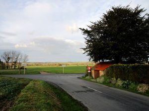 Le château d'eau de Trôo photographié du hameau de la Ronce sur la D10. A gche photo sans zoom, à droite avec zoom