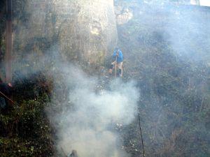 Les volutes de fumée enveloppent le château. Que se passe-t-il ?
