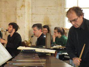 """Martin Moulin et les musiciens de l'Ensemble """"Offrandes"""". Le """"Bar de Poche"""" apportait de la convivialité"""