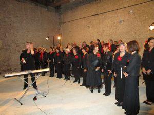"""""""El Coro"""" a chanté dans le grand salon du Manoir, puis le public a été convié à se rendre dans la Grange"""
