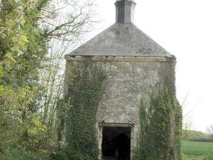 La chapelle et le pigeonnier vus de l'extérieur et l'intérieur de la chapelle