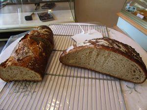 Sylvie et Laurent Brillant présente le pique-nique du terroir. Laurent confectionne aussi des miches de pain à l'ancienne
