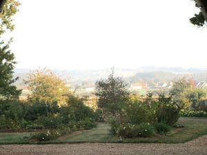 Depuis la cour sud du manoir, une vue du village de Couture illuminé par le soleil matinal
