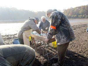 Le poisson est ramené dans le filet&#x3B; il est trié&#x3B; brochets, sandres, sont mis à part