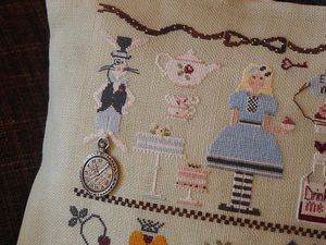 Alice au Pays des Merveilles de Mme Chantilly. Dos en tissu beige marbré