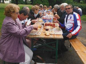 Les souvenirs &#x3B; les filles de Plémet ont retrouvé leurs copines de Saint-Brieuc &#x3B; discussions par petits groupes &#x3B; pressé, Pierre a mangé avant les autres &#x3B; le repas collectif.