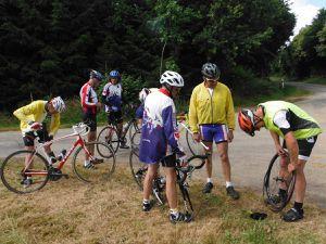 Sur la route de Rohan - La Chèze : la réparation et vélo blanc en appui contre le vélo couché en attendant..