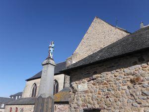 L'abbaye Notre-Dame &#x3B;  le monument aux morts et l'église abbatiale du 13ème siècle.