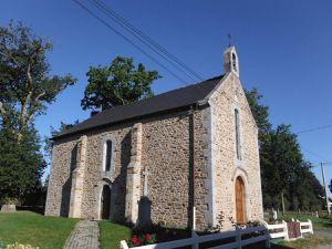 La chapelle et les chênes.