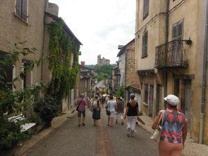 Najac, un des plus beaux villages de France,  à l'horizon et son château