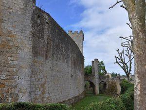 Le village fortifié de Larresingle dans le Gers