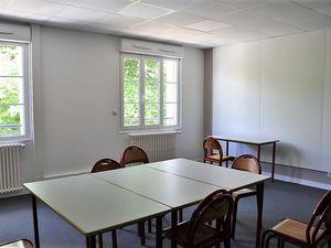 Une grande salle pour 86 personnes, trois autres pour 16 à 19 personnes, des bureaux ...