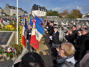 Le piquet d'honneur de l'école de gendarmerie et les porte-drapeaux.