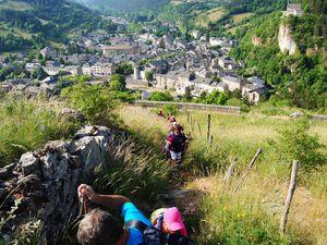 La ville de Meyrueis se recroqueville dans sa vallée de la Jonte.