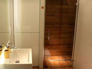 Dem Holzboden im Naßraum nachempfunden.