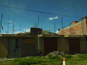 moto-taxi - tuk-tuk et maisons avec leurs barres de fer sur le toit
