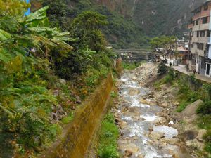 Aguas Calientes, le train, les eaux thermales, végétation amazonienne