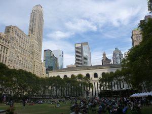 Broadway et Bryant Park sont des lieux décontractés, agréables pour les piétons au coeur de la ville.