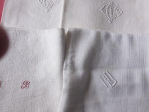 quelques serviettes avec monogramme et 3 torchons