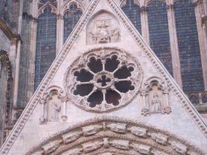 Quelques détails de la belle façade .... de la dentelle de pierre