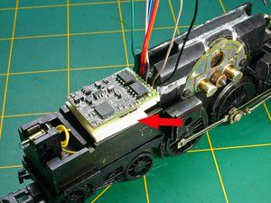 Coller le décodeur sur un morceau de carte plastique puis cabler correctement celui ci en passant les fil dans les saignées.