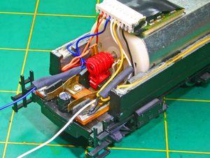 Souder les fils noir,rouge,gris et orange.Souder une résistance de 800hom sur le fil jaune et relier ensemble le fil bleu de la Led du tender à celui du décodeur ainsi qu'un 3ème qui alimenteras la Led avant.