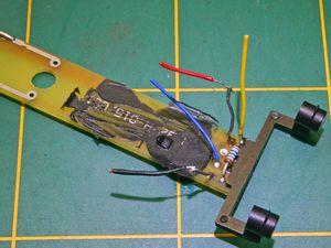 Vue de dessus ,apercue du recablage,rompre le circuit (flêches rouge) et supression du composant marron situé près de la résistance.