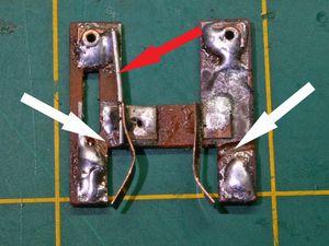 La plaquette de connexions est retirée pour être modifiée,meulage (flèches blanche) et ajout d'une tige de cuivre étamée (flèche rouge).Les fils marron sont soudés une fois la plaquette remis en place.