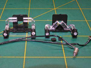Gros plan du câblage d'origine de l'ampoule.Tout retirer (fils ampoule et support) puis inverser les conduits de lumière.