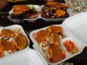 Souvenir inoubliable : sur la plage publique de la côte des Arcadins : un poisson grillé parfaitement assaisonné, du homard et, grand découverte du jour, du crabe boucané, c'est-à-dire fumé au barbecue. Tellement bon !