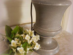 Lampe Médicis. Pied bois patiné gris. Abat-jour coton et médaillon lin brodé en appliqué. Hauteur 50 cm - diamètre 37 cm