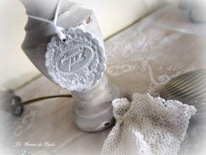 """Lampe Romantic Story. Style campagne chic avec son pied bois patiné dans des nuances de beige grisé, médaillon patiné """"Souvenirs de famille"""" Abat-jour carré en coton brun, médaillon tissu jacquard"""