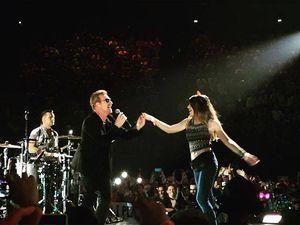 Bono avec une fan sur scène !!