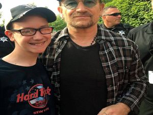 Bono devant le stade de Pittsburgh .Cliquez sur les photos pour agrandir.