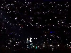 Pour ONE ,le stade entier est transformé en ciel étoilé avec les lumières des portables.