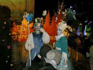 Légendes : Un accueil lumineux et sur échasses - La Grande Ourse a donné lieu à de drôles de mimes - Un cracheur de feu au nom de Zeus - Les contes se font toujours en musique (photos DNA)