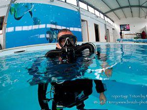 Dans la piscine d'Eau Libre, test du Triton par les curieux venus pour l'occasion. Et à droite, les équipes de M3S et du magasin Scubaland