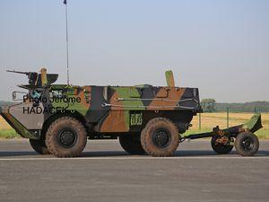 VAB VTM 120 (Véhicule Tracteur de Mortier de 120mm) avec détails de la pièce de mortier, souvent délaissée par rapport à son véhicule tracteur.