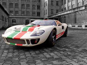 Dans l'ordre : CAV GT40 (x2), Africa40 GT40 (x2)
