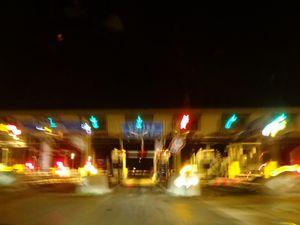 L'autoroute, la nuit, les couleurs et lignes, le poste de péage, la galerie couverte, Cl. Elisabeth Poulain