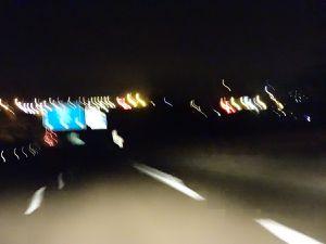 Les couleurs de la nuit sur l'autoroute, les frisottis de lumière en couleurs, Cl. Elisabeth Poulain