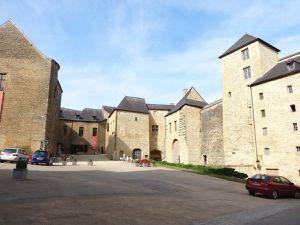 Sedan, Château, entrée haute dans la cour, sens inverse des aiguilles d'une montre, Cl. Elisabeth Poulain