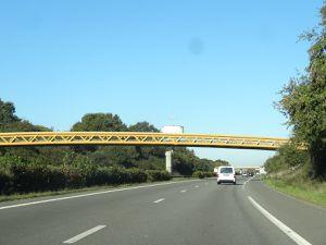 Volkswagen jaune-wikipedia, grue, camionnette, pont et cyclistes jaunes, Cl. Elisabeth Poulain