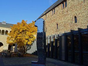 Trier-Trêves-Porta-nigra-détails d'arches-colonnes-murs intérieurs, avec arbre & gens, Cl. FrancePoulain+NicolasWasylyszyn2016